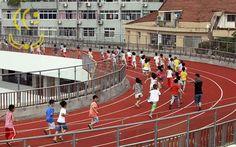 The New Yooker Times   China inaugura pista de atletismo em telhado de escola   42c1 pista02   urandir   CLICKS   China inaugura pista de atletismo em telhado de escola http://www.yooker.com.br/br/clicks/TheNewYookerTimes-clicks-china-inaugura-pista-de-atletismo-em-telhado-de-escola.html