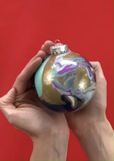 Make these easy Marble DIY Christmas ornaments from dollar store supplies. Swing by your Dollar tree store to get plastic fillable ornaments and some acrylic paint to make marbelized, expensive looking home decor for the holidays. Painted Christmas Ornaments, Easy Christmas Crafts, Diy Christmas Ornaments, Christmas Bulbs, Glitter Ornaments, How To Make Ornaments, Unicorn Christmas, Ornament Pattern, Diy Weihnachten