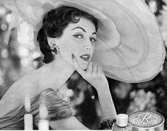 Vintage Revlon Violet Ad with Dorian Leigh Glamour Vintage, Vintage Beauty, Vintage Vogue, Natalie Clifford Barney, Vintage Style Dresses, Vintage Outfits, Vintage Clothing, 1950s Fashion, Vintage Fashion
