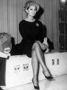 Sophia Loren at New York's Idlewild Airport on route to the 1963 Academy Award ceremonies. Divas, Actors & Actresses, Ava Gardner, Iconic Women, Sixties Fashion, Sophia Loren, Academy Awards, Old Hollywood Glamour, Airport Style