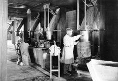 De Meelfabriek in Leiden   Werknemers aan het werk in De Meelfabriek.