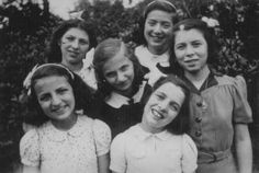 Seis meninas judias que foram escondidas dos nazistas no convento Dominicano de Lubbeek, perto de Hasselt, Bélgica.  Foto tirada entre outubro de 1942 e outubro de 1944.