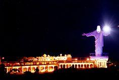 Construído em 1997, o Cristo Luz do Balneário Camboriú, Santa Catarina, possui 33 metros de altura, apenas cinco a menos que o Cristo Redentor, no Rio de Janeiro