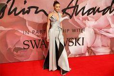 Los looks de Gigi Hadid, Lady Gaga, Karlie Kloss y más en los British Fashion Awards  Gigi Hadid sorprendió a todos con esta especie de mono con sobrefalda plateado de Versace. ¡Solo ella puede usar algo así de complicado y salir airosa!