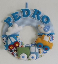 Guirlanda Feltro Carrinhos FRETE GRATIS Baby Crafts, Felt Crafts, Diy And Crafts, Crafts For Kids, Felt Wreath, Fabric Wreath, Baby Door Wreaths, Baby Tiara, Felt Name Banner