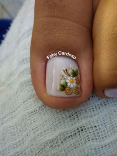 46 Fotos de Unhas decoradas com flores e joias – Passo a passo Pedicure Designs, Pedicure Nail Art, Toe Nail Designs, Toe Nail Art, Pretty Toes, Pretty Nails, Karma Nails, White Toenails, Cute Toe Nails