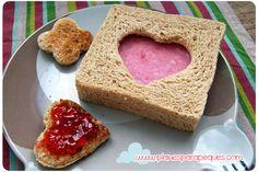 Desayunos y meriendas de campeones con estas minitostadas y sandwiches de formas divertidas. http://www.planesparapeques.com/2014/09/19/sandwiches-y-minitostadas-con-corazon/