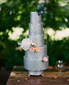 Photo by AMB Photo // http://blog.theknot.com/2013/09/05/glamorous-metallic-wedding-cakes/
