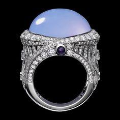 "CARTIER. Bague ""Violine"" - platine, une calcédoine taille cabochon de 24,07 carats, améthystes taille cabochon, diamants taille brillant Jade Jewelry, High Jewelry, Luxury Jewelry, Gemstone Jewelry, Bijoux Art Deco, Cartier Jewelry, Three Stone Rings, Schmuck Design, Unique Rings"