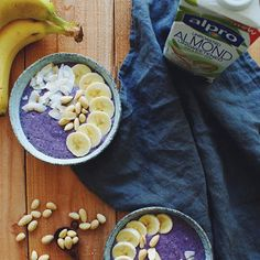Blueberry Banana Smoothiebowl Banana Breakfast, Breakfast Bowls, Juices, Hummus, Acai Bowl, Blueberry, Smoothies, Almond, Ethnic Recipes