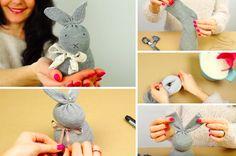 Vous pouvez offrir ce lapin à vos enfants ou décorer la maison pour Pâques. La réalisation est très simple et amusante, elle nécessitera du riz et une chaussette. Ce qu'il faut: Une chaussette Du riz ou des petites pierres d'aquarium Des ciseaux Un joli ruban Du ruban adhésif Un marqueur permanent Une ficelle Les étapes: …