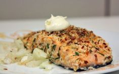 Salmone in crosta di semi di lino, ricetta ricca di Omega3 - Il salmone in crosta di semi di lino è un secondo piatto leggero e sfizioso. I semi di lino portano molti benefici al nostro organismo, sia interiori che esteriori.