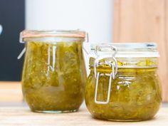 Overvloed aan courgettes in de tuin? Probeer een keertje een recept dat je vast nog nooit hebt gemaakt: courgetteconfituur. Lekker bij een stukje koud vlees of kaas, maar ook gewoon op de boterham. Dit recept is voldoende voor 3 kleine bokaaltjes. Pesto Pasta, Pickles, Cucumber, Zucchini, Nom Nom, Buffet, Mason Jars, Good Food, Brunch