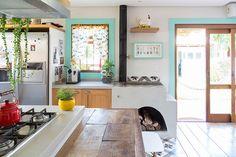 Decoração de cozinha alegre, decoração contemporânea com plantas, janela de madeira,porta de madeira, detalhes azuis e luz natural.