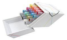Graphik Line Painters er fylt med lysekte, permanent, opakt og vannbasert blekk i 20 farger. Spissen er 0,5 mm og gir en jevn strek. Dette er en robust kvalitetspiss produsert i Japan.Dette Derwent Graphik Line Painter settet  inneholder 20 penner i 0,5mm i alle fargenei serien: #01 Brickroad,#02 Clockwork,#03 Tom, #04 Herning, #05 Blood, #06 Tickled, #07 Rain, #08 Brilliant, #09 High, #10 Billy, #11 Paradise, #12 Minted, #13 Envy, #14 Fingers, #15 Bricklane, #16 Jungle, #17 Graphite, #18…