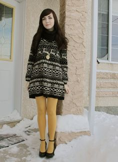 Fair Isle sweater dress with colored tights = adorable; might want boots with this much snow! Colored Tights Outfit, Yellow Tights, Black Tights, Coloured Tights, Opaque Tights, Vintage Style Dresses, Vintage Outfits, Chic Outfits, Dress Outfits