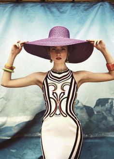 old glamour meets modern style - juxtapose with contrasting background Moda Fashion, High Fashion, Daily Fashion, Ellen Von Unwerth, Style Couture, Glamour, Love Hat, Passion For Fashion, Style Me