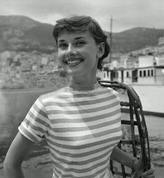 Everything you wanted - needed - to know about Audrey Hepburn. From her films to her personal life, Audrey Hepburn Facts has it all. Audrey Hepburn Mode, Audrey Hepburn Photos, Audrey Hepburn Hairstyles, Audrey Hepburn Fashion, Audrey Hepburn Roman Holiday, Divas, Angelina Jolie, Classic Hollywood, Old Hollywood