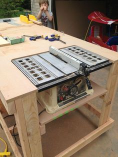 woodworking tools Built-in table saw workbench on castors. - Building a nice workbench is important. Many have come up with their own approaches. Here's how to build one using basic tools. Table Saw Workbench, Workbench Plans, Woodworking Workbench, Woodworking Furniture, Diy Furniture, Industrial Workbench, Workbench Designs, Folding Workbench, Garage Workbench