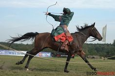Hungarian Ambiance: Lajos Kassai wins the European Open Championship of Horseback Archery (EOCHA) tournament held in Verőce, Hungary Backwards shot at full stride. Mounted Archery, Medieval, Traditional Archery, Action Poses, Horse Riding, Beautiful Horses, Figure Drawing, Art Reference, Equestrian