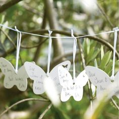 lovely idea: plain white butterflies garland that your wedding guests can leave a wish on for you l Glückwunsch-Girlande zum Selbstgestalten mit weißen Schmetterlingen für eure Hochzeit