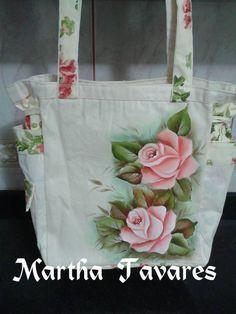 Bolsa rosas Hand Painted Fabric, Painted Bags, Fabric Paint Designs, Color Magic, Denim Bag, Fabric Bags, Creative Cards, Fabric Painting, Crochet Flowers