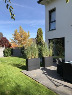 Pflanzkübel Anthrazit auf Terrasse The flower pots ELEMENTO room dividers act as a border of a terrace. The grasses create a privacy screen. The color anthracite is a pleasant contrast to the white house. Modern Garden Design, Landscape Design, Modern Design, Balcony Plants, Balcony Garden, Outdoor Bathrooms, Garden Care, Front Yard Landscaping, Landscaping Ideas
