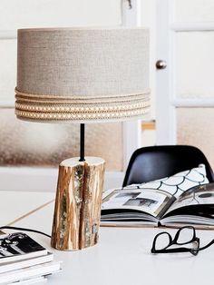 Lámpara de sobremesa con pie de madera