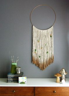 "<p>Vu <a title=""le wall hanging en tableau"" href=""http://www.athomeinlove.com/trend-to-try-woven-wall-hangings/"" target=""_blank""><strong>ici</strong></a></p>"