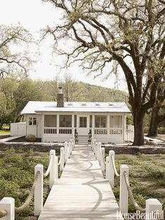 In the ranch-style homes abounded. Bright, cheery, and just plain fun, the facade of the ranch-style home offers lots of inspiration. Cabins And Cottages, Beach Cottages, Cozy Cottage, Cottage Homes, Cottage Interiors, Beach Cottage Style, Beach House, Haus Am See, Timber House