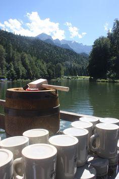 Bierfass zum Hochzeitsempfang - Schleierkraut-Wolken in rosa und weiß - Sommerhochzeit in Bayern, Garmisch-Partenkirchen, Riessersee Hotel, Hochzeitshotel, Babies breath wedding