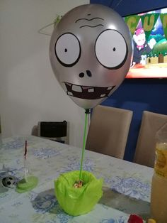 Globo plantas vs zombies Zombie Birthday Parties, Zombie Party, 8th Birthday, Zombie Decorations, Balloon Decorations Party, Halloween Kids, Halloween Crafts, Halloween Party, Plantas Versus Zombies