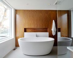 3 badrum med teakträ i fokus