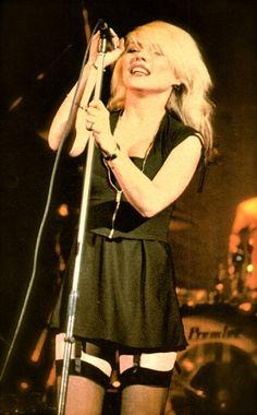 Debbie Harry  is een Amerikaanse zangeres en filmactrice, die vooral bekend werd als zangeres van de popgroep Blondie.  Geboren: 1 juli 1945