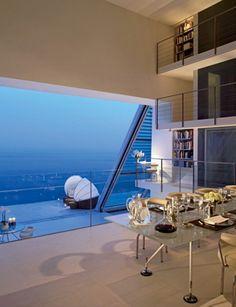 """Há construções que desafiam as leis do design, da gravidade e até da própria lógica. Falamos de casas verdadeiramente únicas, já que estão """"penduradas"""" em penhascos, o que lhes confere uma beleza e singularidade fora do comum. Arquitetos conceituados como Norman Foster não resistiram a projetar este tipo de mansões, que não são aconselhadas a quem tem vertigens."""