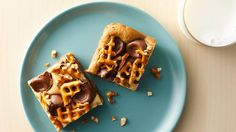 Gooey Chocolate-Caramel-Peanut Butter Bars: Chocolate caramel candies and pretzels top this yummy peanut butter bar for a tasty treat! Best Dessert Recipes, Easy Desserts, Delicious Desserts, Yummy Food, Candy Recipes, Easy Sweets, Sweets Recipes, Drink Recipes, Snack Recipes