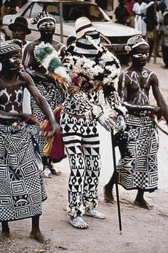 ukpuru: Igbo Ekpe memebers wearing Ukara inscribed with nsibidi. Arochukwu region, Igboland, 1989. Photo by Eli Bentor, 1989