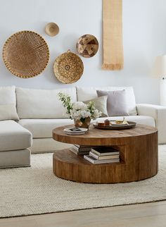 29 Tips for a perfect coffee table styling - BelivinDesign Coffee Table Styling, Coffee Table Design, Round Wood Coffee Table, Best Coffee Tables, Cofee Tables, Wood Table Design, Living Room Furniture, Living Room Decor, Living Room Neutral