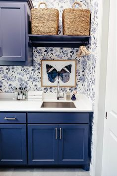 brighton keller laundry room blue and white print wall paper navy blue painted cabinets BM Blue Jet laundryroombasement brighton keller laundry room … – Laundry Room Blue Laundry Rooms, Small Laundry, Mud Rooms, Interior Design Living Room, Living Room Designs, Living Room Decor, Bedroom Decor, Laundry Room Organization, Laundry Room Design