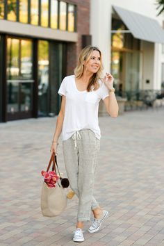Summer time plus motherhood equals the need for really comfy clothes. Sharing a fun casual look that will be on repeat all summer long around here. Fashion Pants, Fashion Outfits, Fashion Tips, Linen Pants Outfit, Cute Summer Outfits, Women's Summer Fashion, Chic Outfits, Couture, Clothes