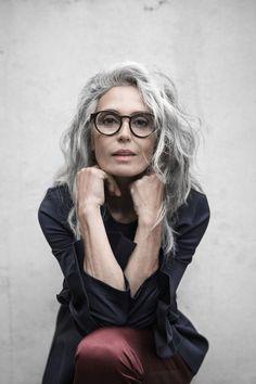 women-grey-hair-glasses-editorial-commercial-beautiful-spain-milva-mother-classy - New Site Grey Wig, Short Grey Hair, Grey Hair Old, Grey Hair And Glasses, Grey Hair Model, Grey Hair Inspiration, Coiffure Hair, Covering Gray Hair, Costume Noir