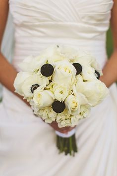 Beautiful black and white bouquet, photo by www.cptphotography.com