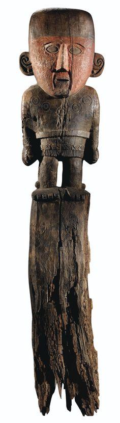 GRAND POTEAU FUNÉRAIRE ANTHROPOMORPHE CULTURE CHIMU NORD DU PÉROU 1200-1400 AP. J.-C.
