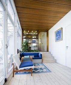 Finn Juhl // Home // blue; timber ceiling; timber floor; built in sofa; open shelving; split level