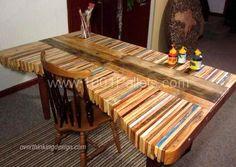 Avoir un coin bureau à la maison, c'est bien pratique pour y installer son ordinateur et disposer d'un espace pour travailler et faire son courrier. Avec une seule palette de bois, vous pouvez fabriquer vous même votre bureau pour pas cher.. Un bureau simple à réaliser avec une palette entière...