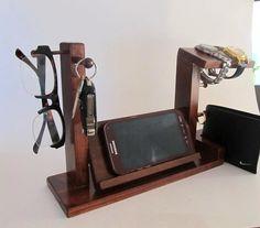 Dies ist eine universelle Handy Andocken und laden Sie Ihr Telefon, ob aufladen, dass die Stecker auf der Seite oder unten ist. Der universal docking Kammerdiener können Sie Ihre Uhren, Brillen, Schlüssel, Ringe und Portemonnaie in einer günstigen Lage zu speichern... Es gibt 2