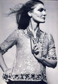 Il tempo lascia i segni, nel cuore e sul volto, senza per questo cancellare la bellezza di una donna. Vogue Italia per la prima volta dedica un intero numero, quello di ottobre, alle donne con oltre 60 anni di età e gioca in copertina la carta vincente.  Lauren Hutton, 73 anni è la cover …