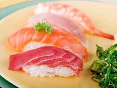 Which fish and seafood to choose for sushi or other raw dishes. Eating raw fish has its risks, and this list helps you when choosing fish for sushi. Raw Fish Recipes, Sushi Recipes, Seafood Recipes, Cooking Recipes, Tuna Sushi Recipe, Cooking Tips, Sushi Fish, Nigiri Sushi, Japanese Dishes