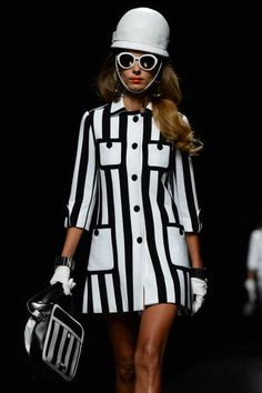 Moschino - classic copied sixties look 60s Inspired Fashion, 60s Fashion Trends, Fashion Brand, Womens Fashion, Historical Clothing, Spring Collection, Wearing Black, Moschino, Catwalk