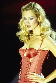 Versace Spring 1995 Ready-to-Wear Collection - Karen Mulder 90s Fashion, Runway Fashion, Fashion Models, High Fashion, Fashion Show, Latex Fashion, 90s Models, Gianni Versace, Atelier Versace